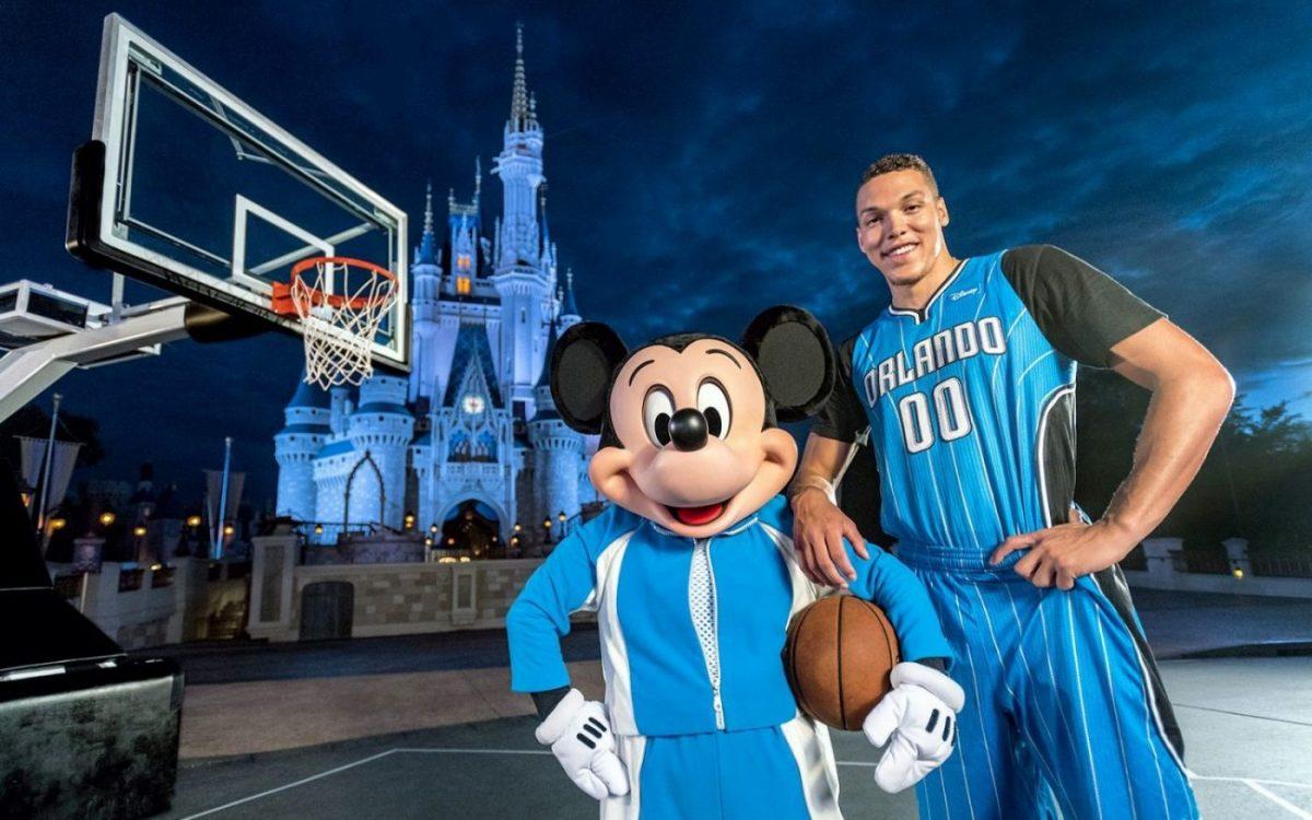 Aaron Gordon assieme alla mascotte del Disney World Resort