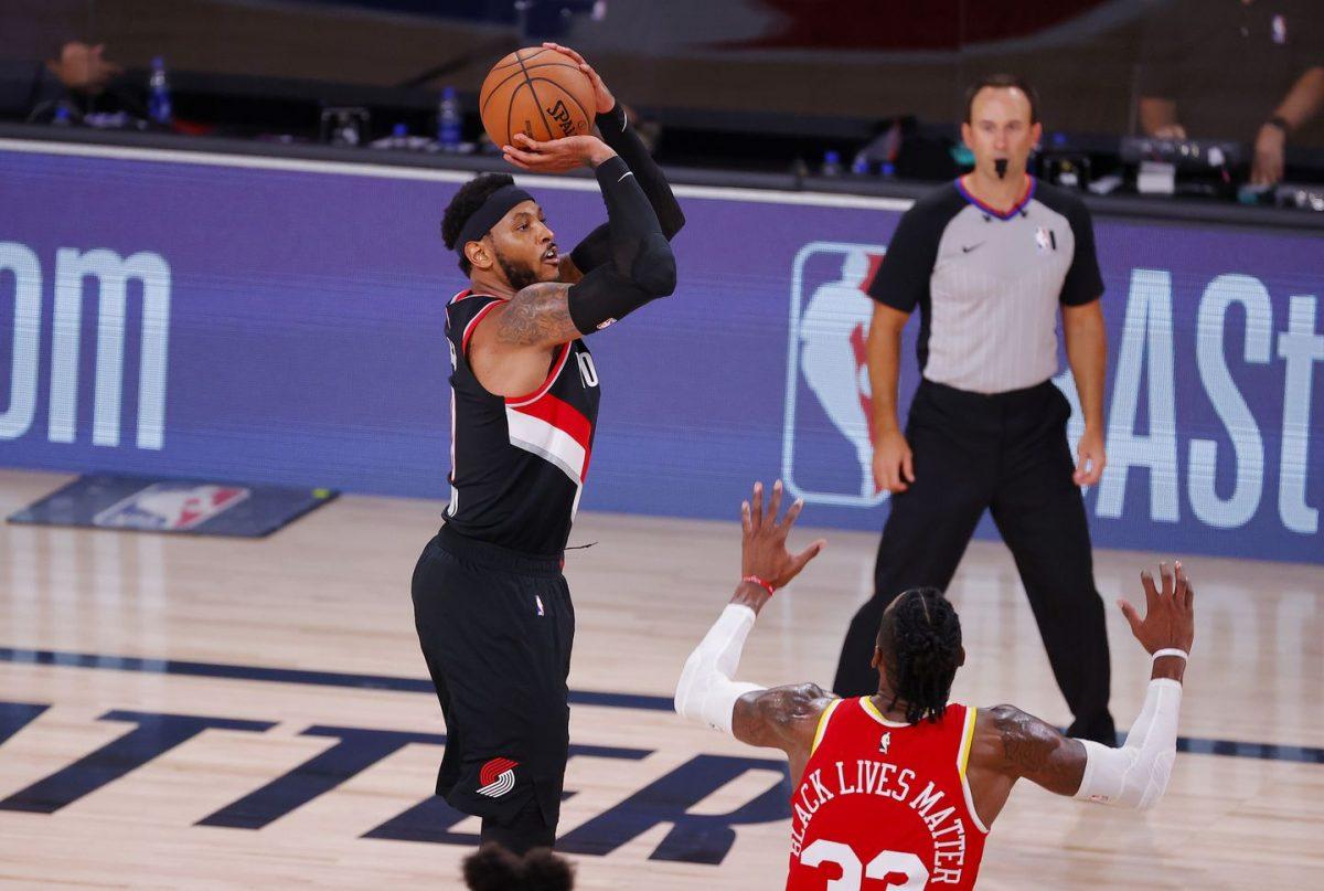 Carmelo Anthony segna una tripla sulla marcatura