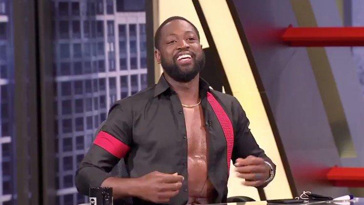 Wade si sbottona la camicia durante la trasmissione di NBAonTnT