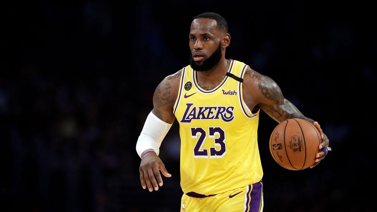 James in azione coi Lakers