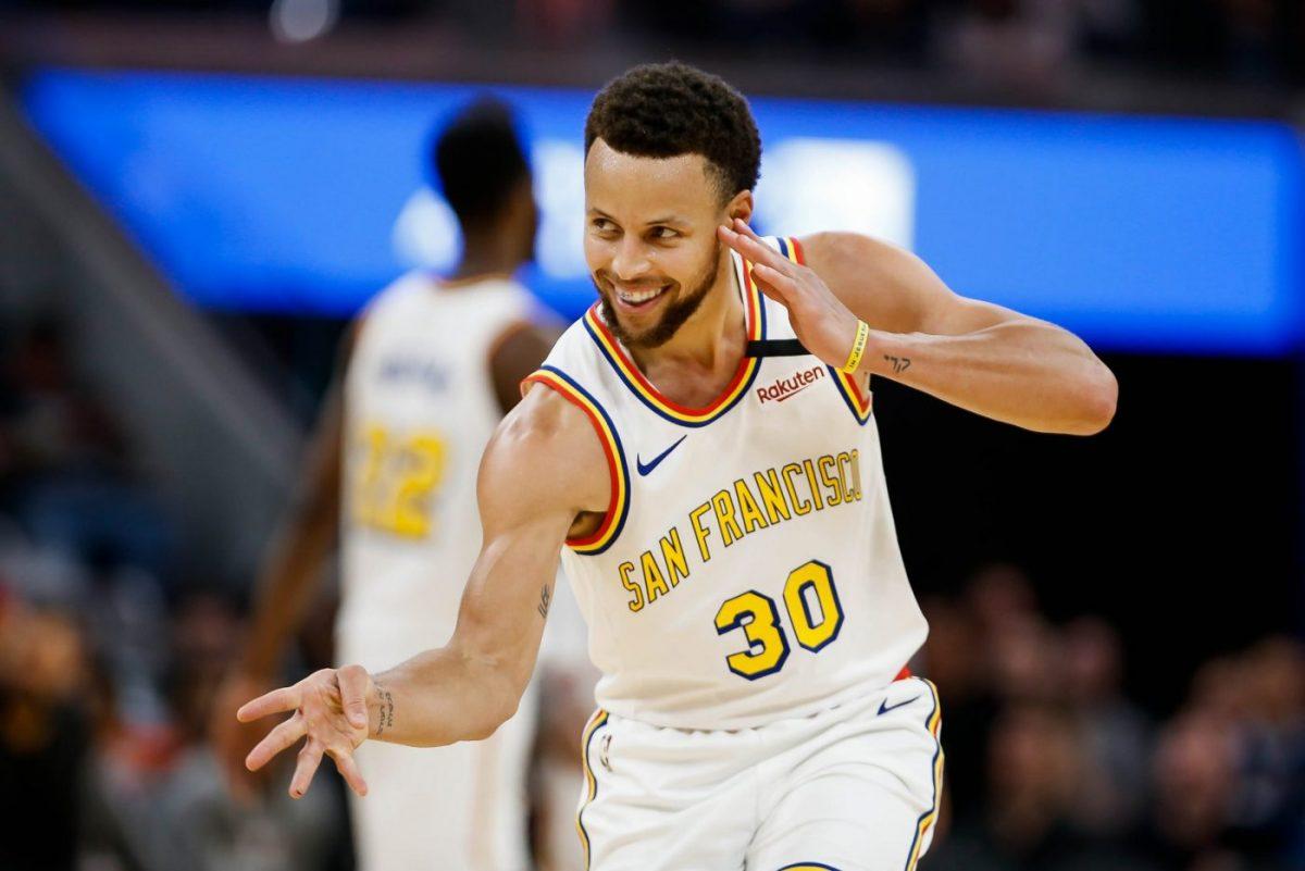 Curry esulta dopo un canestro
