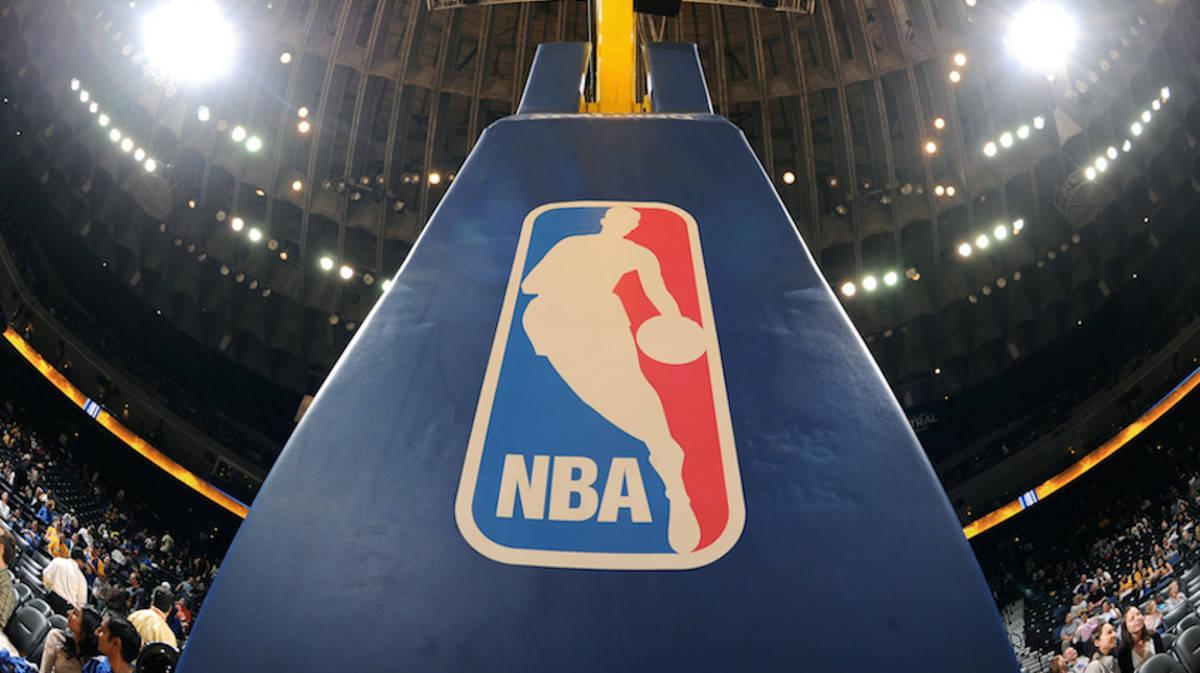 Il logo della NBA sui canestri della Oracle Arena
