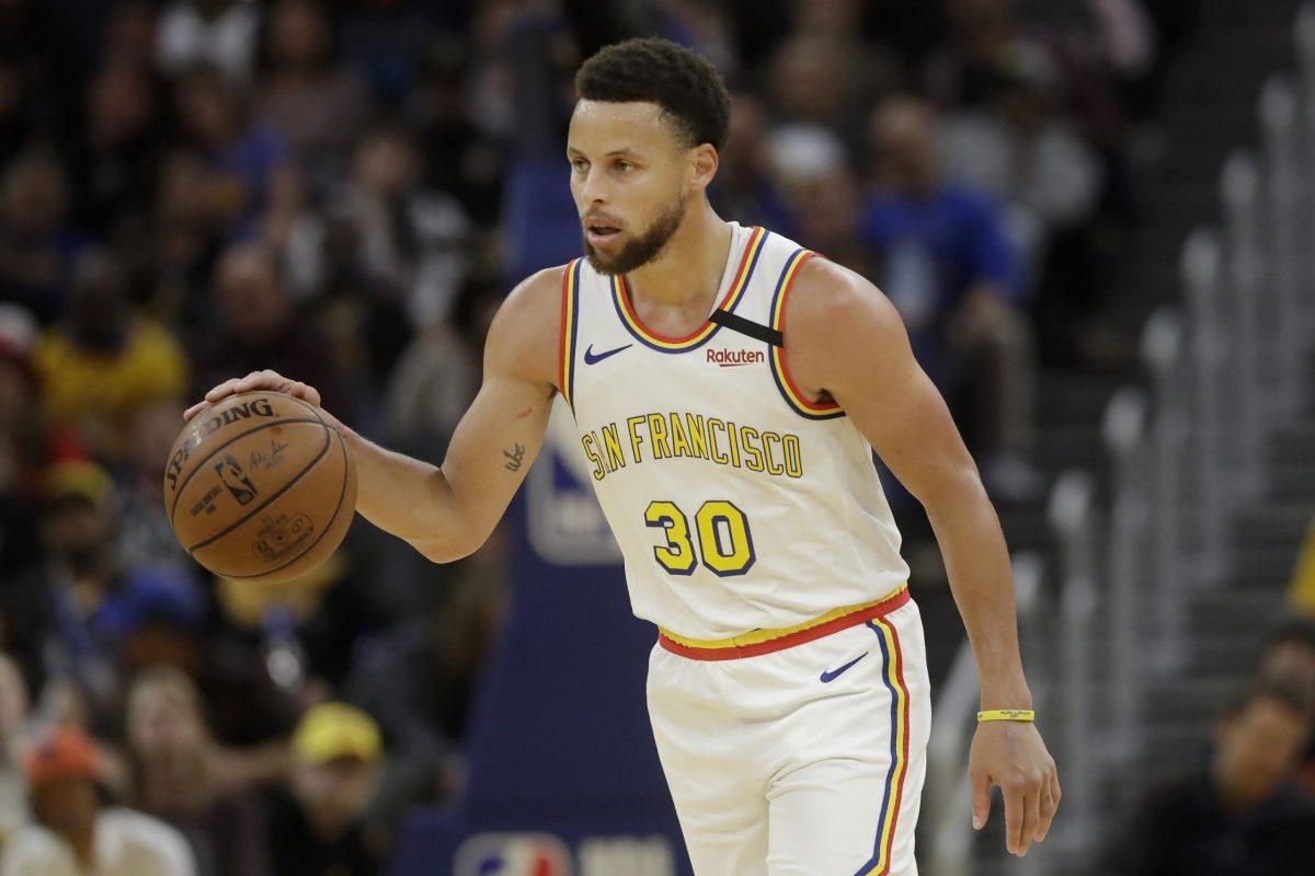 Stephen Curry dirige il gioco degli Warriors
