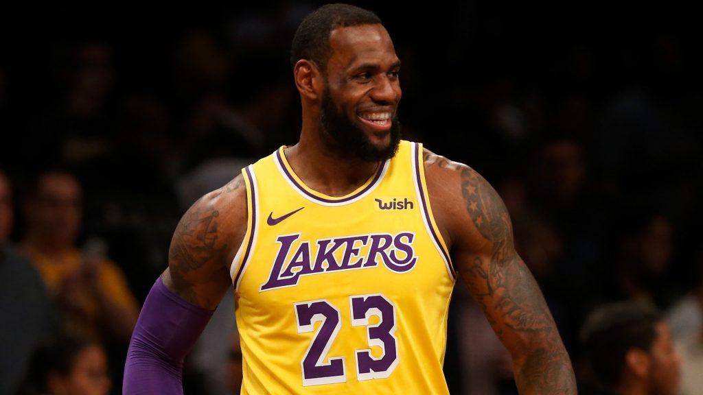 LeBron James sorride durante una pausa di gioco coi Lakers
