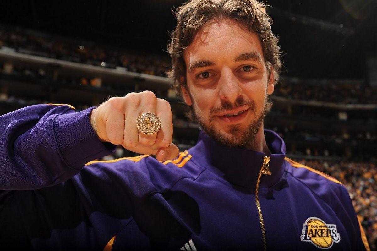 Pau Gasol mostra l'anello NBA