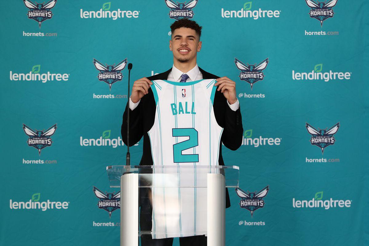 LaMelo Ball con la maglia degli Charlotte Hornets