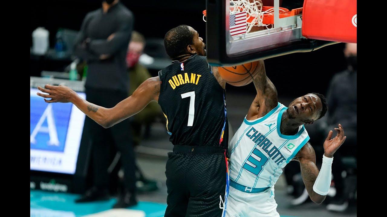 Terry Rozier schiaccia in testa a Kevin Durant