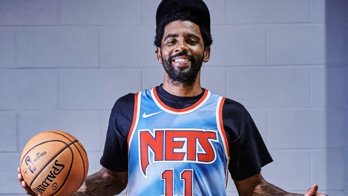 Irving posa con la canotta dei Nets