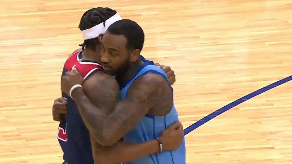 L'abbraccio di Bradley Beal e John Wall dopo la partita tra Rockets e Wizards