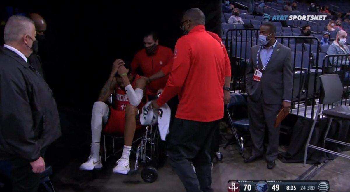Christian Wood lascia il campo in sedia a rotelle