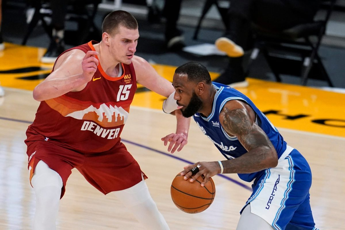 LeBron James attacca la difesa di Nikola Jokic