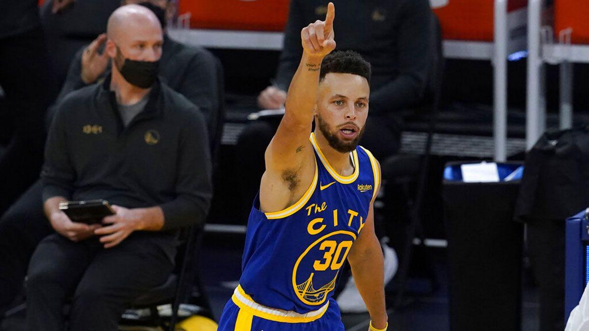 Stephen Curry esulta dopo un canestro
