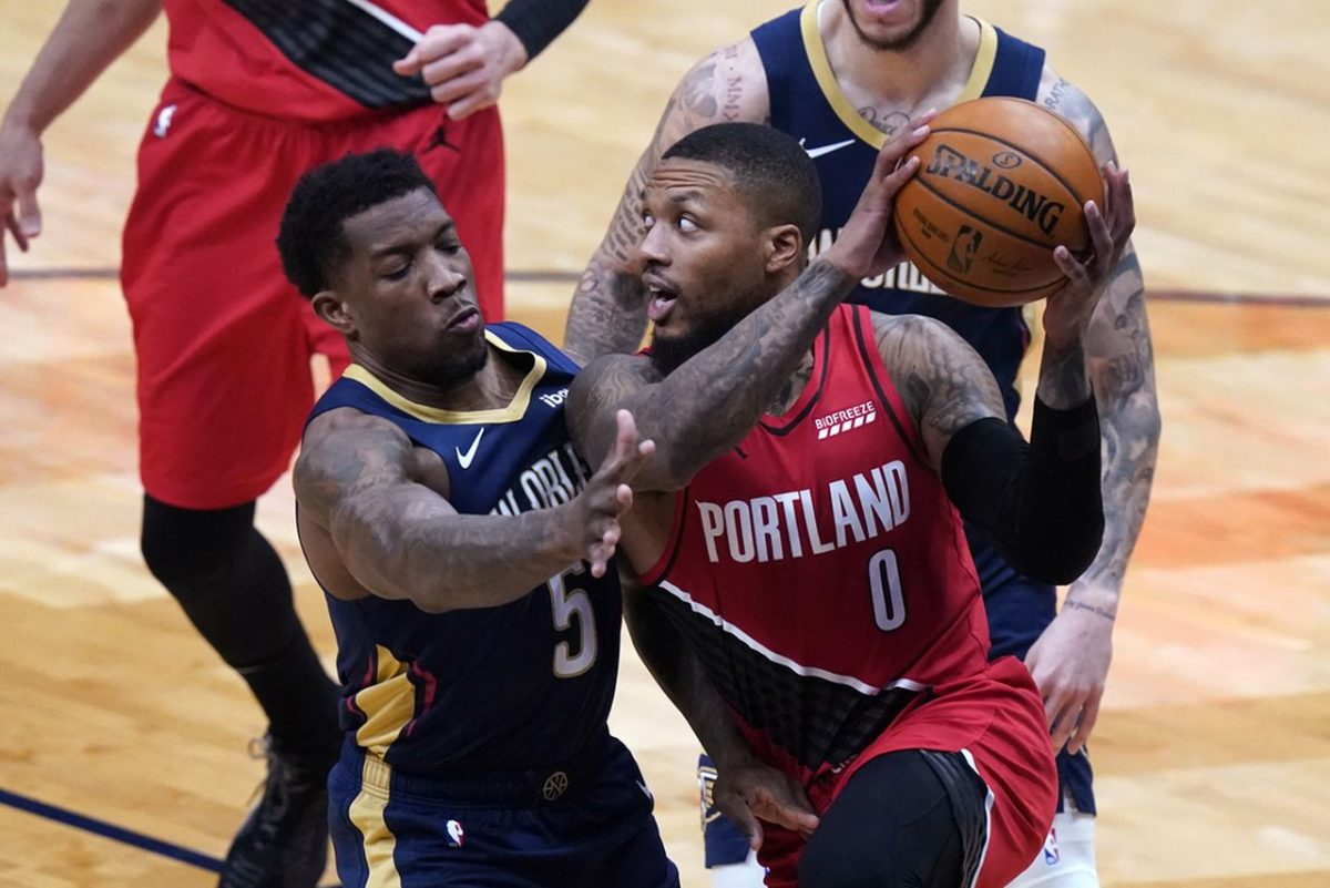 Damian Lillard attira la difesa dei New Orleans Pelicans