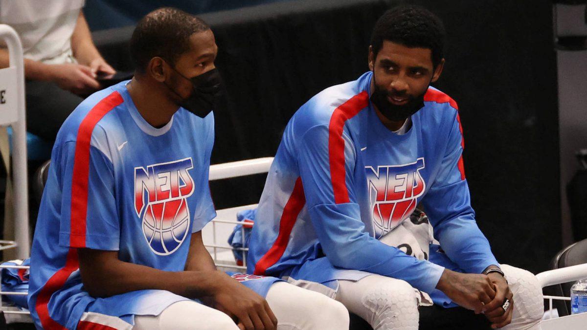 Kevin Durant e Kyrie Irving seduti in panchina