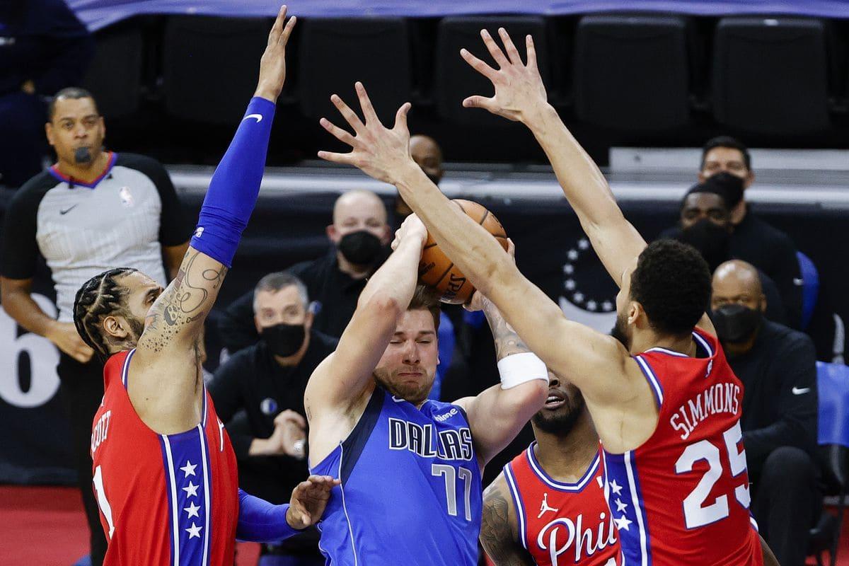 Luka Doncic intrappolato dalla difesa dei 76ers