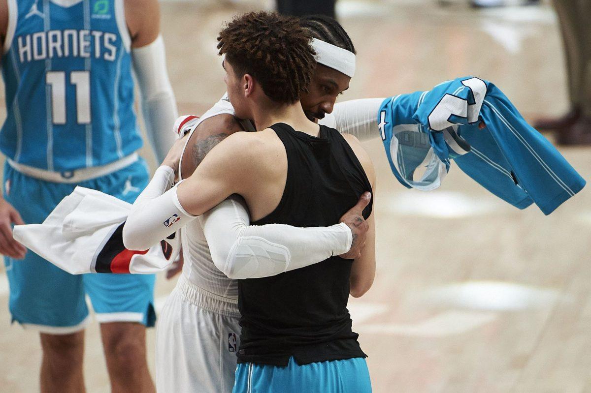 Carmelo Anthony e Lamelo Ball al termine della partita