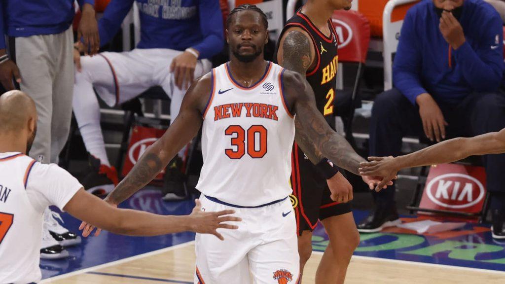 Julius Randle coi compagni di squadra ai New York Knicks
