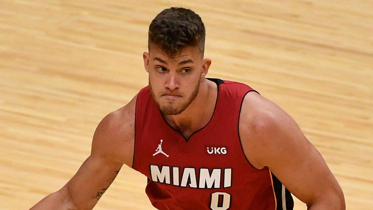 Meyers Leonard durante una partita coi Miami Heat