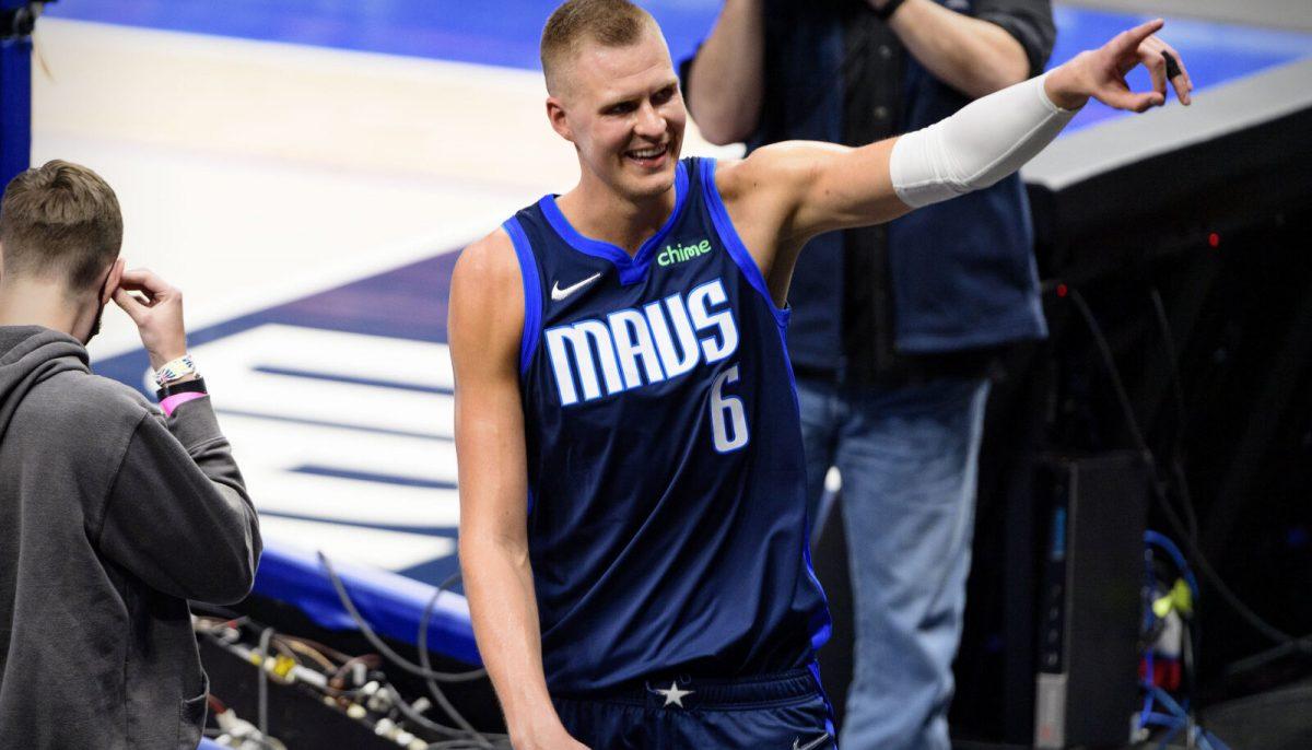 Kristpas Porzingis saluta i tifosi dei Dallas Mavericks