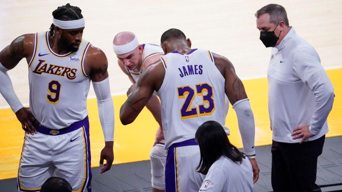 LeBron James in panchina dopo l'infortunio