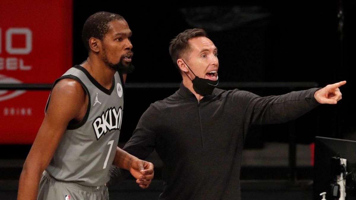 Durant e Nash a dialogo nel timeout