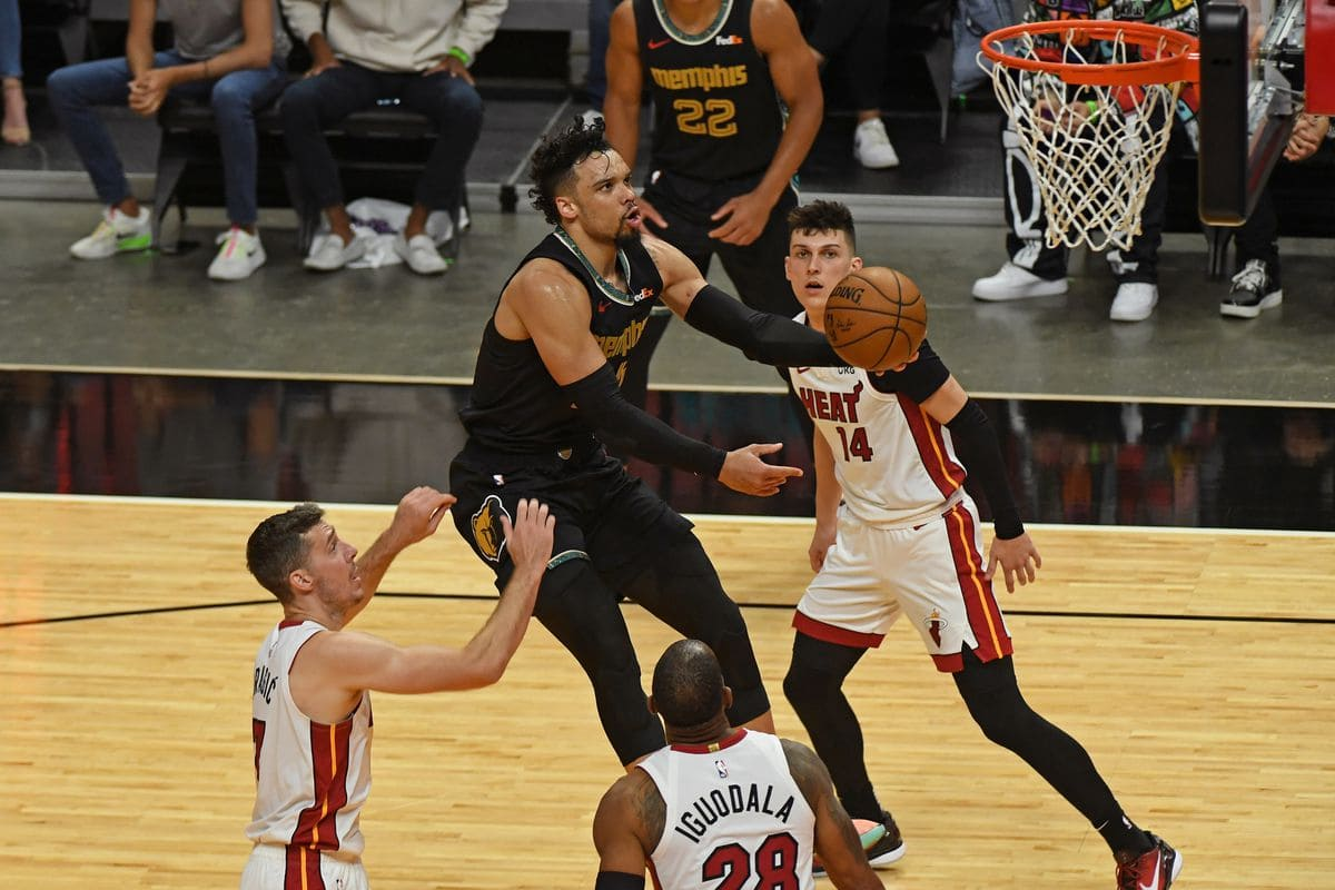 Dillon Brooks in lay up a canestro