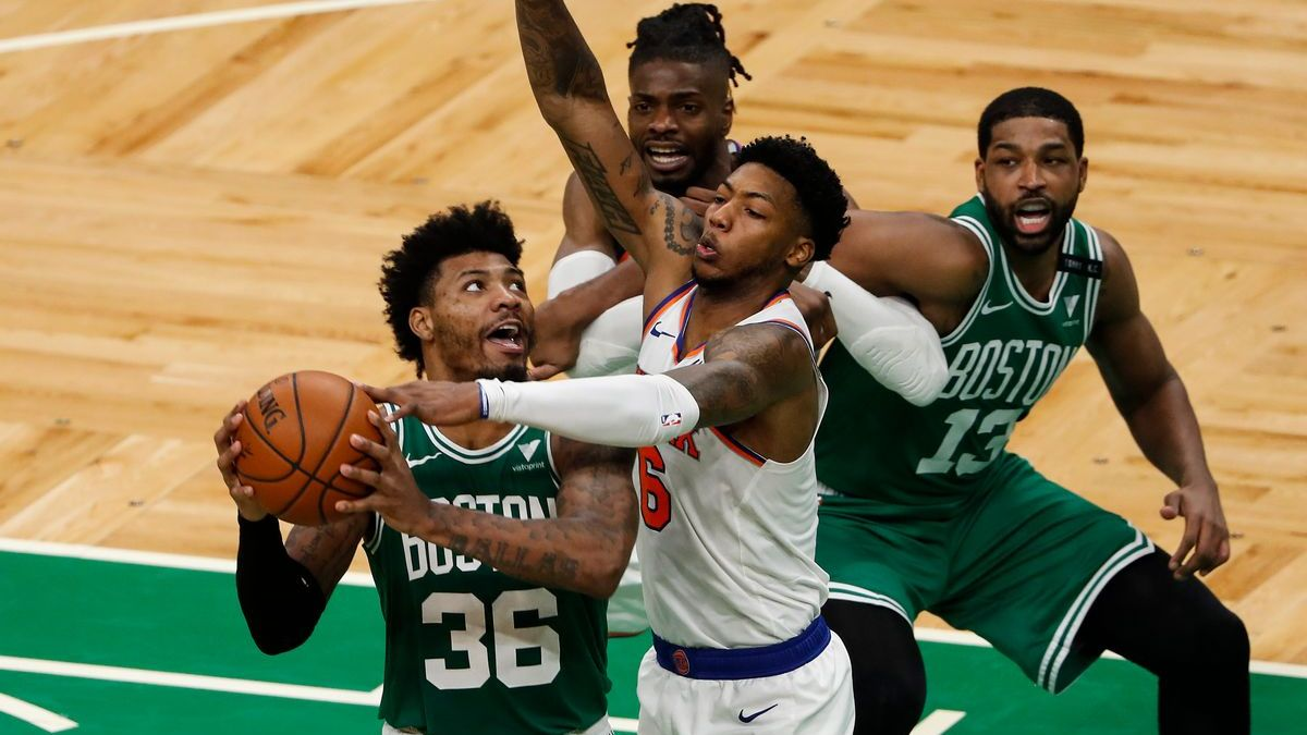 Marcus Smart lotta nel pitturato contro i Knicks