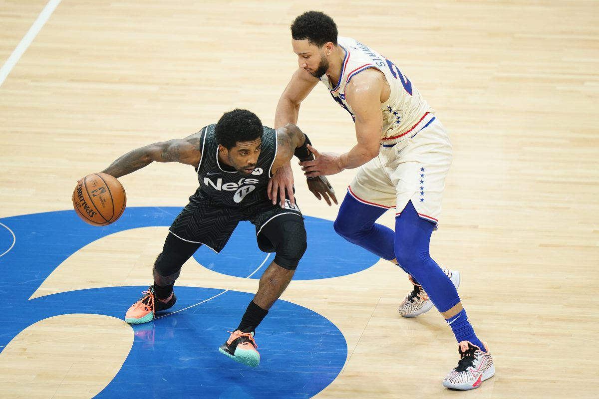 Ben Simmons marca Kyrie Irving