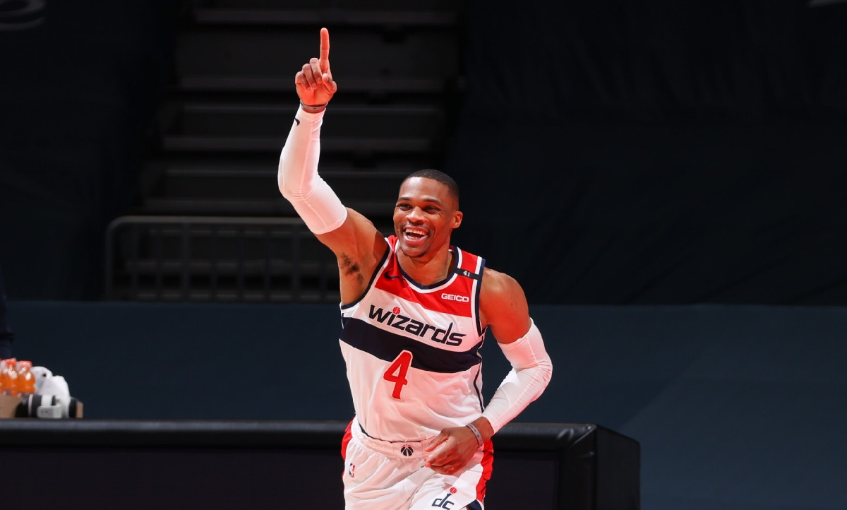 Russell Westbrook dito alzato