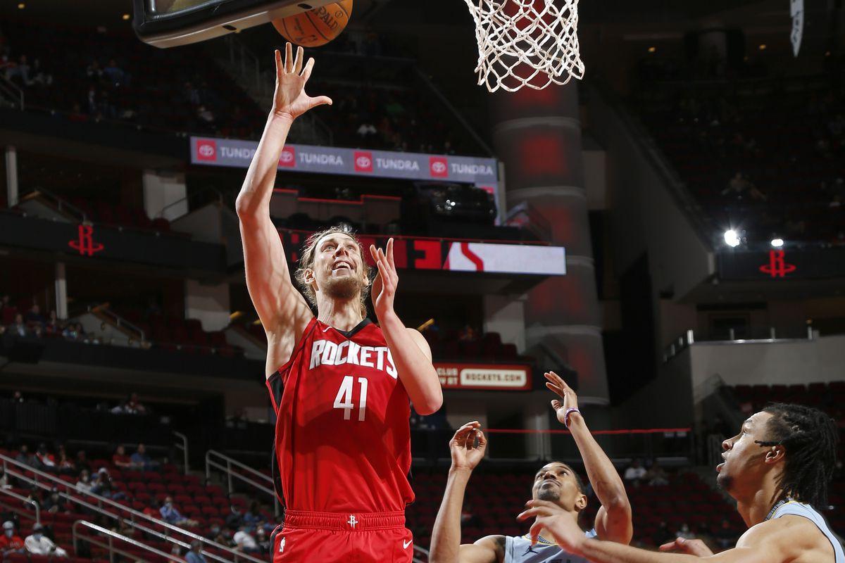 Olynyk in azione con i Rockets