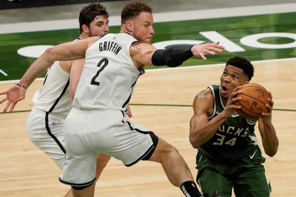 Blake Griffin difende su Giannis Antetokounmpo