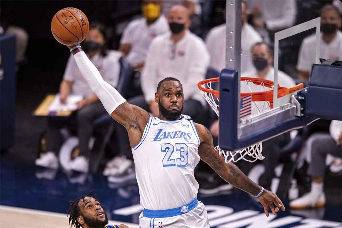 LeBron James vola in schiacciata contro i Pacers