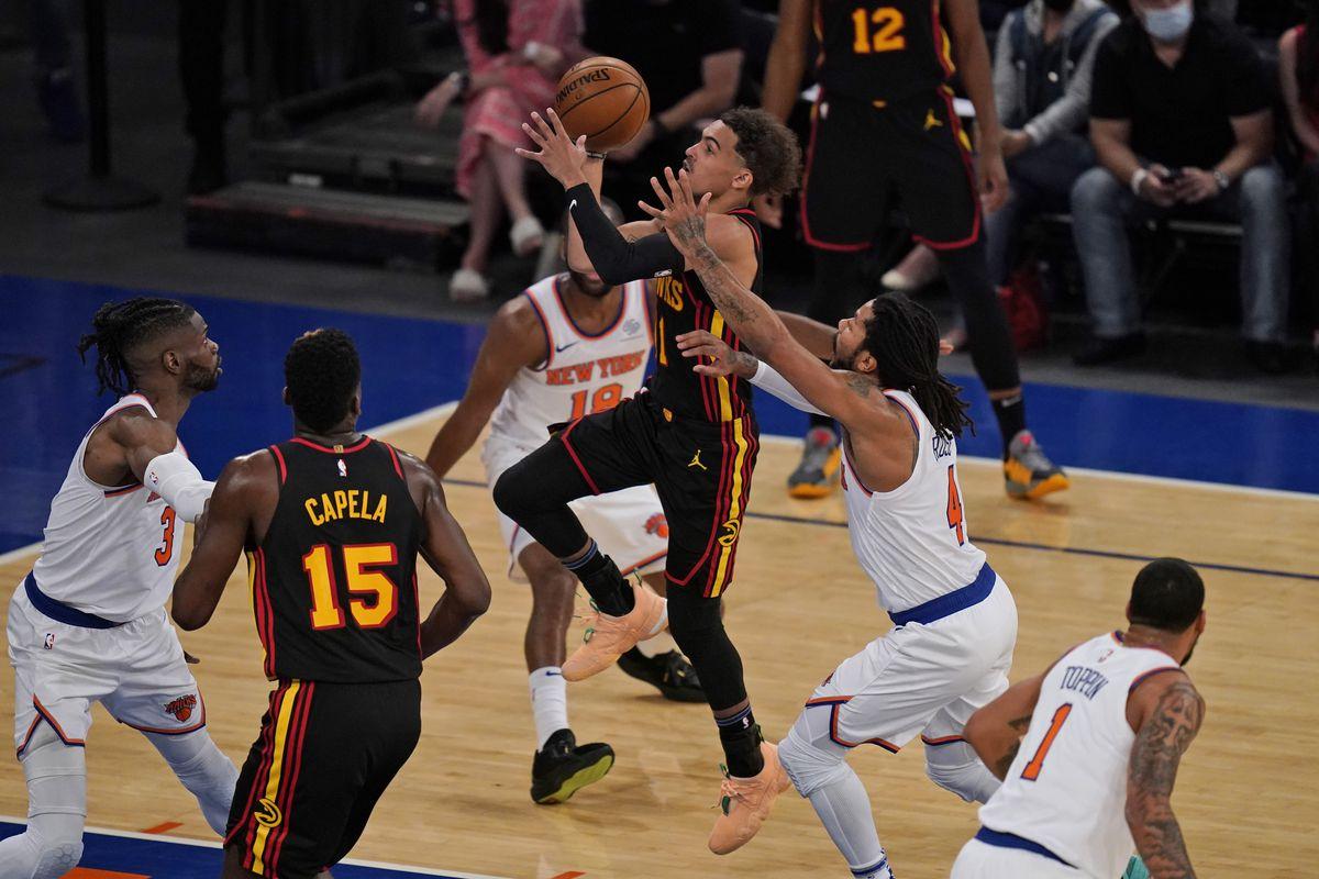 Trae Young che segna il floater in gara 1 contro i New York Knicks