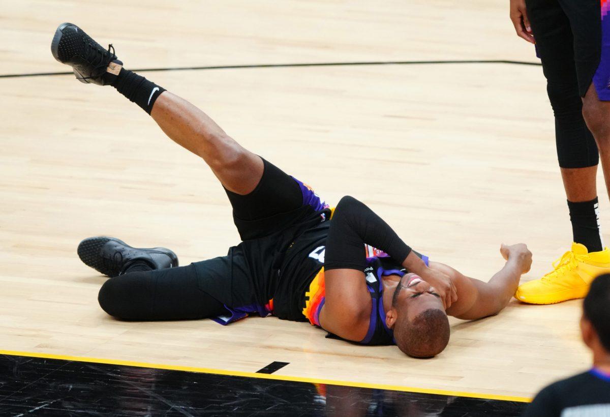 Chris Paul a terra dopo l'infortunio alla spalla