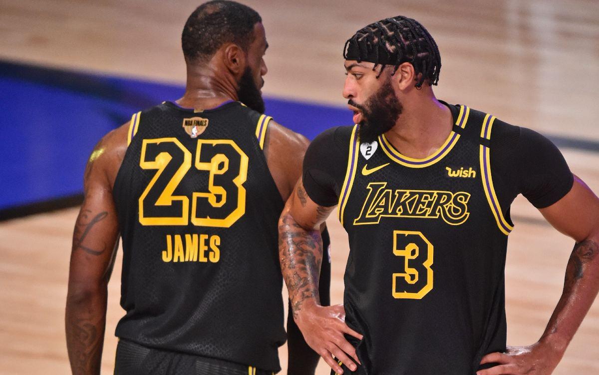 Anthony Davis e LeBron James si parlano in campo