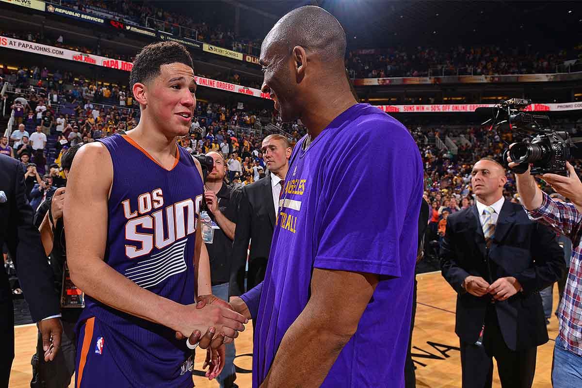 Devin Booker stringe la mano a Kobe Bryant