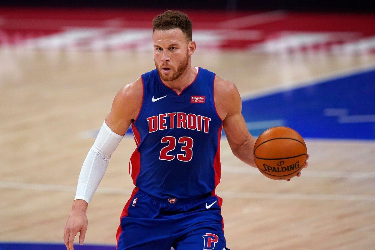 Blake Griffin in palleggio in maglia Pistons