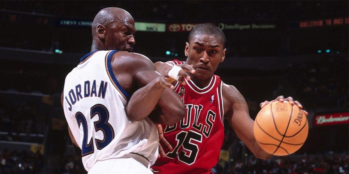 Michael Jordan e Ron Artest durante una partita NBA