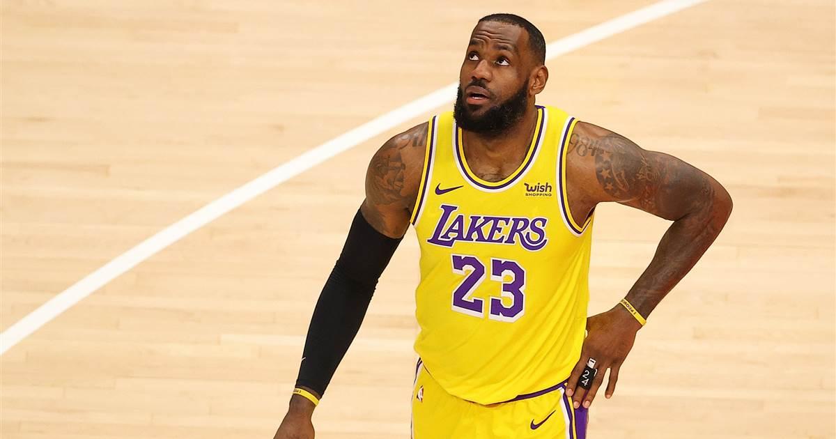 LeBron James guarda verso l'alto