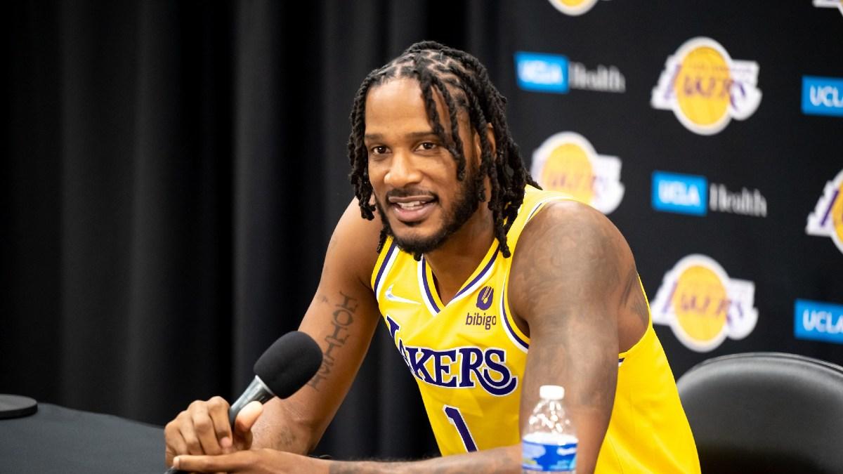 Ariza durante una conferenza stampa con i Lakers
