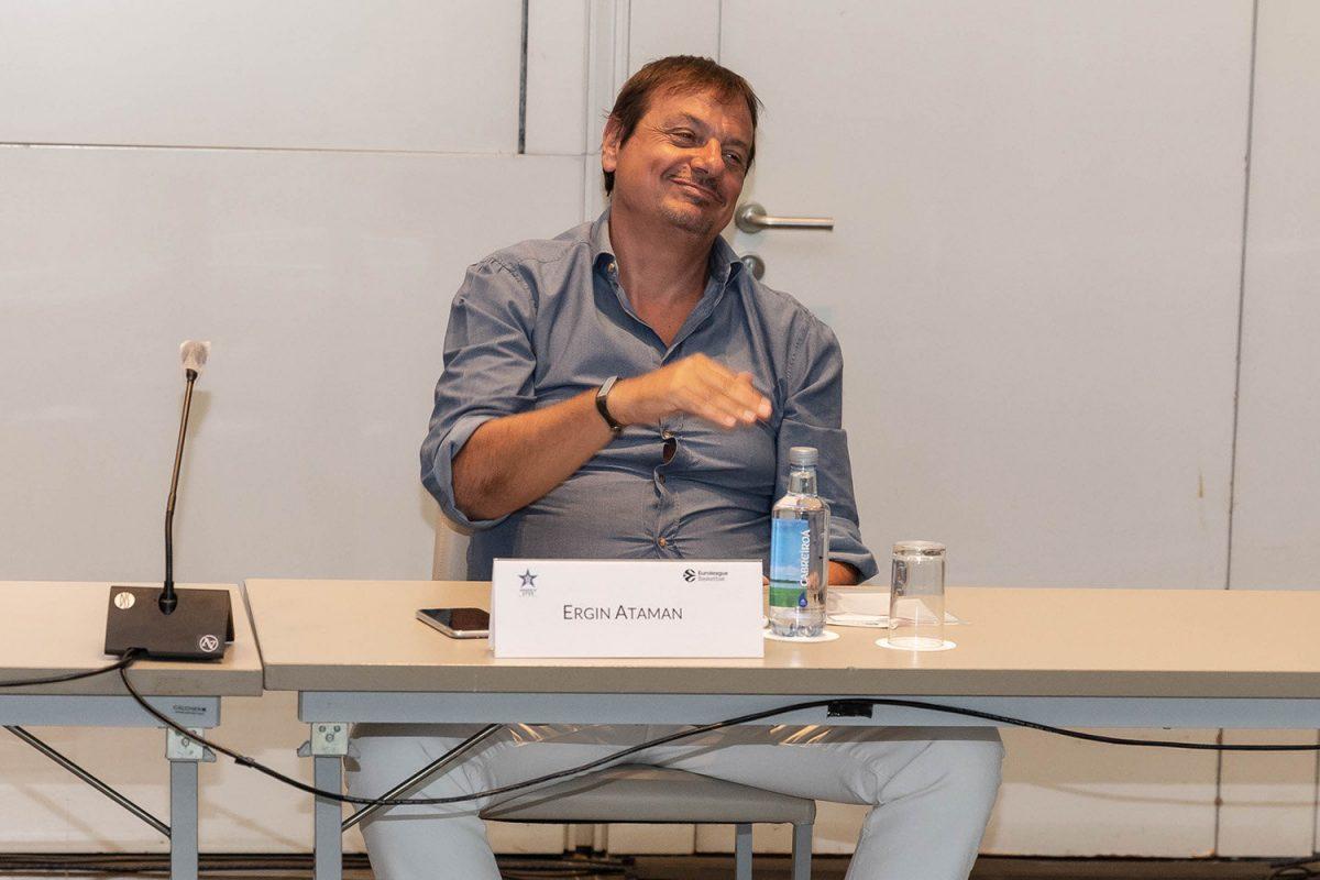 Ergin Ataman durante un'intervista