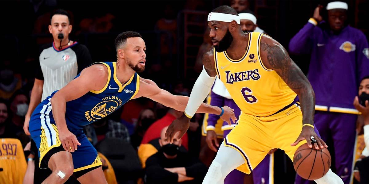 LeBron James in palleggio contro Stephen Curry